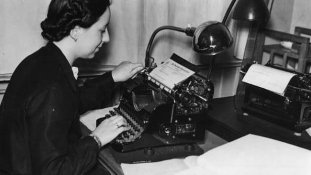 Scherl Bilderdienst K¸nstlertr‰ume nach Feierabend. Tags¸ber bedienen die geschickten M‰dchenh‰nde im B¸ro die Schreibmaschine.