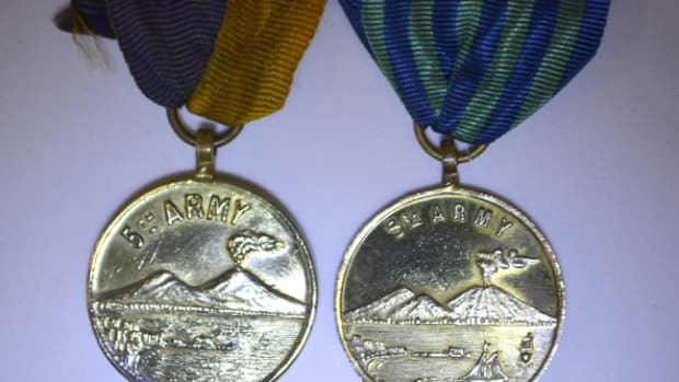 At least ten variants of the Naples Liberation Medal have been identified. On the obverse, the Naples Harbor lacks of any ships on Type 1 and 2 medals (example on the left). On Types 3 and 4 medals, the harbor gains two extra ships as seen on the right.