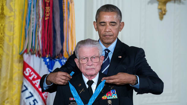 Barack_Obama_awards_Medal_of_Honor_to_Charles_Kettles