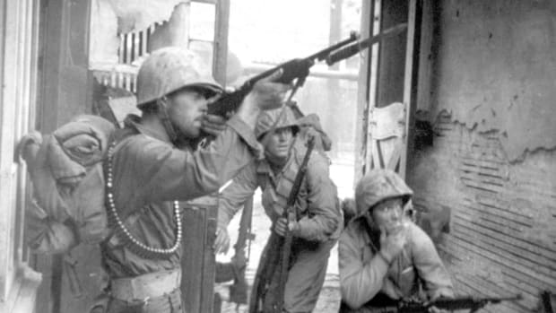 Carbines with a bayonet lug began to be issued by late 1944. After WWII, many carbines were retrofitted with bayonet lugs. The Marine in the center of this photograph taken while fighting in Korea in September 1950, has an M4 bayonet attached to his M1 carbine.