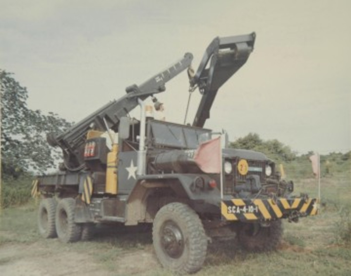 Unlike the M62, whose boom extended well beyond the pivot point, the Gar Wood designed boom of the M543 and later wreckers ends abruptly. The weight of the load on the boom is causing this M543A1 to tilt substantially. The vehicles were equipped with outriggers to prevent this, but the heavy weight and manual operation of these devices made crews reluctant to use them.