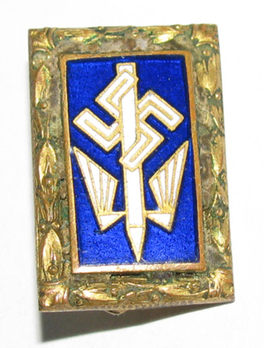 A long service honor pin for the Stenographers' Union contained a gold oak leaf border.