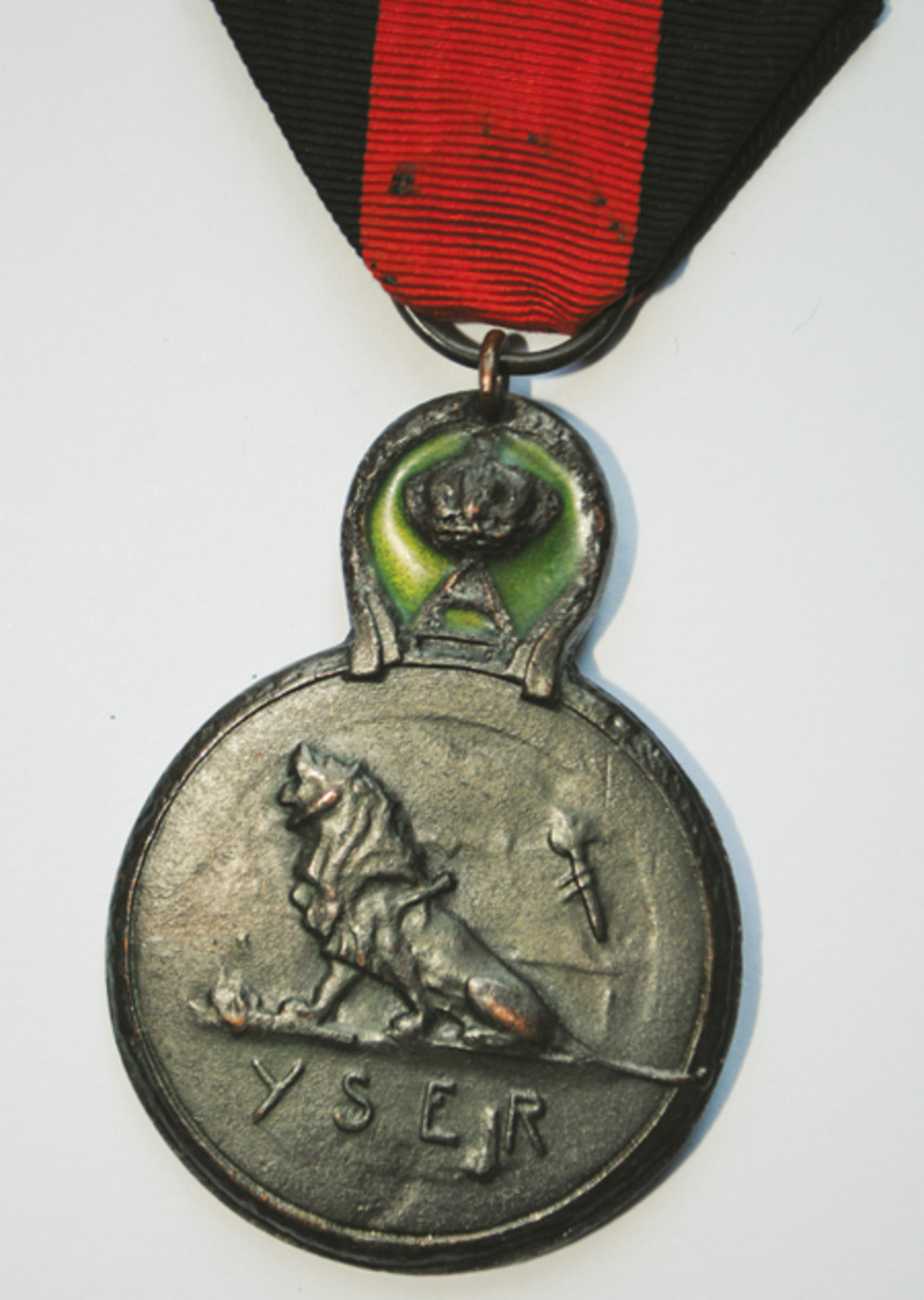 The reverse of the Yser Medal showing the wounded lion. The meaning of the torch-like emblem behind the lion's back is not clear.
