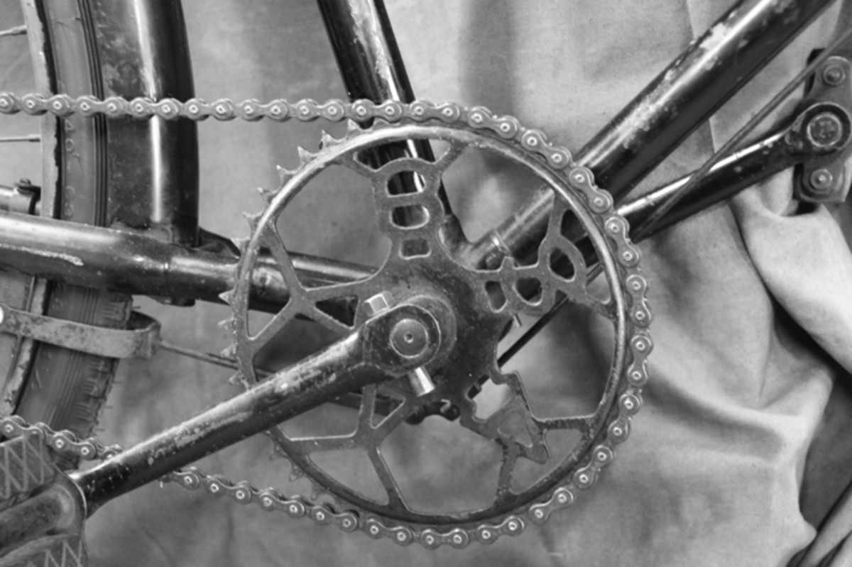 The front sprocket gear features a cut-out BSA logo.