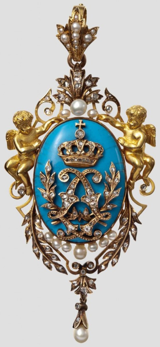 King Ludwig II of Bavaria (1845 - 1886) - a presentation brooch. Yellow gold, with a vertical oval blue medallion in the centre, with applied Ludwig's golden mirror monogram.