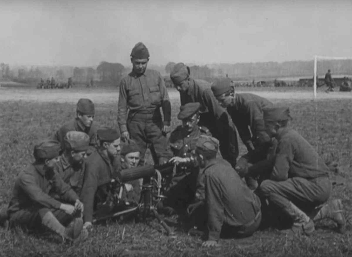 "Noncommissioned officers of the 77th Divison's 304th Machine gun battalion receive instruction in operating the Vickers machine gun from British Army Sgt. D. Harris, a member of the 44th Machinegun Company of the 44th Battalion in May 1918 in this still from a 1918 silent movie , ""Training with the British Army in Picardy, May 1918"" on the National Archve's wesbite. The 77th Division, composed of draftee Soldiers from New York City, was one of five American divisons which was trainined by the British Army after arriving in France. ( U.S. Army photo by U.S. Army Signal Corps via National Archives)"