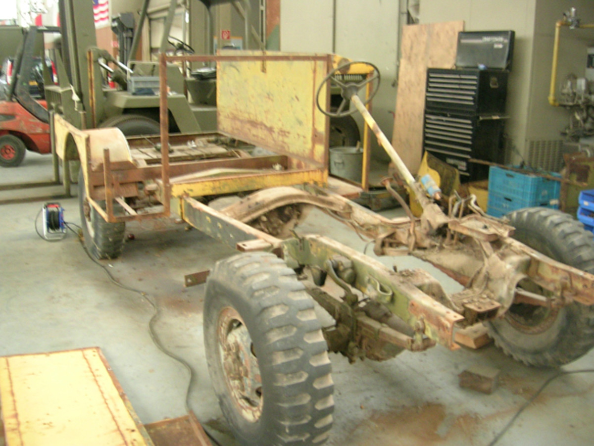 Working on the chassis was more like an ordinary restoration: Cleaning, restoring the bad bruises, putting on a protection layer, and finally applying the right olive drab finish.