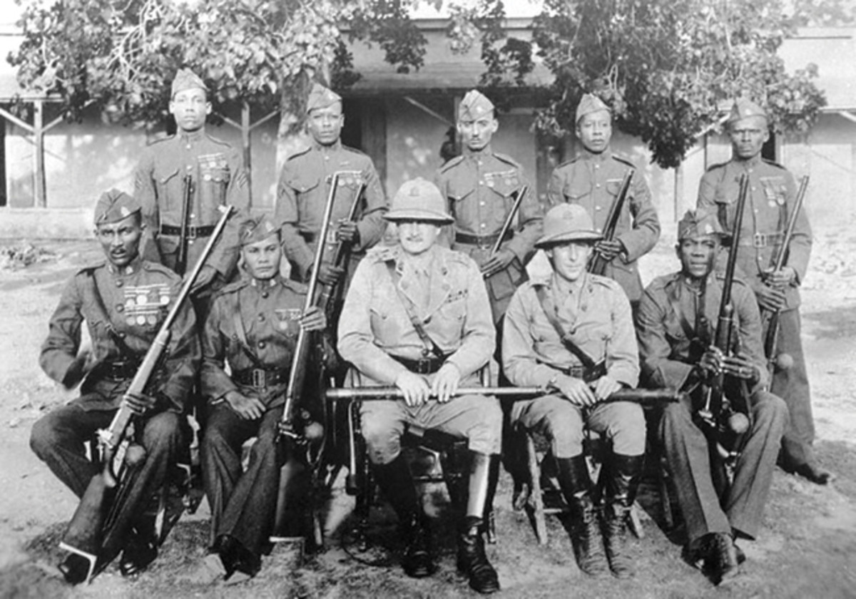A period photo showing a USMC officer with members of the Garde d'Haiti. Note that the officer is wearing a British Standard Pattern sun helmet with the badge of the Garde d'Haiti.