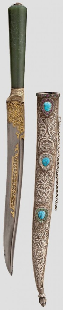 A gold-inlaid kard set with diamonds and gems from the 19th century (l) and a Persian dagger of the same type, also gold-inlaid and with grip panels made from walrus ivory, originates from circa 1800 (r). HH 64 Lot No 1420 + 1586