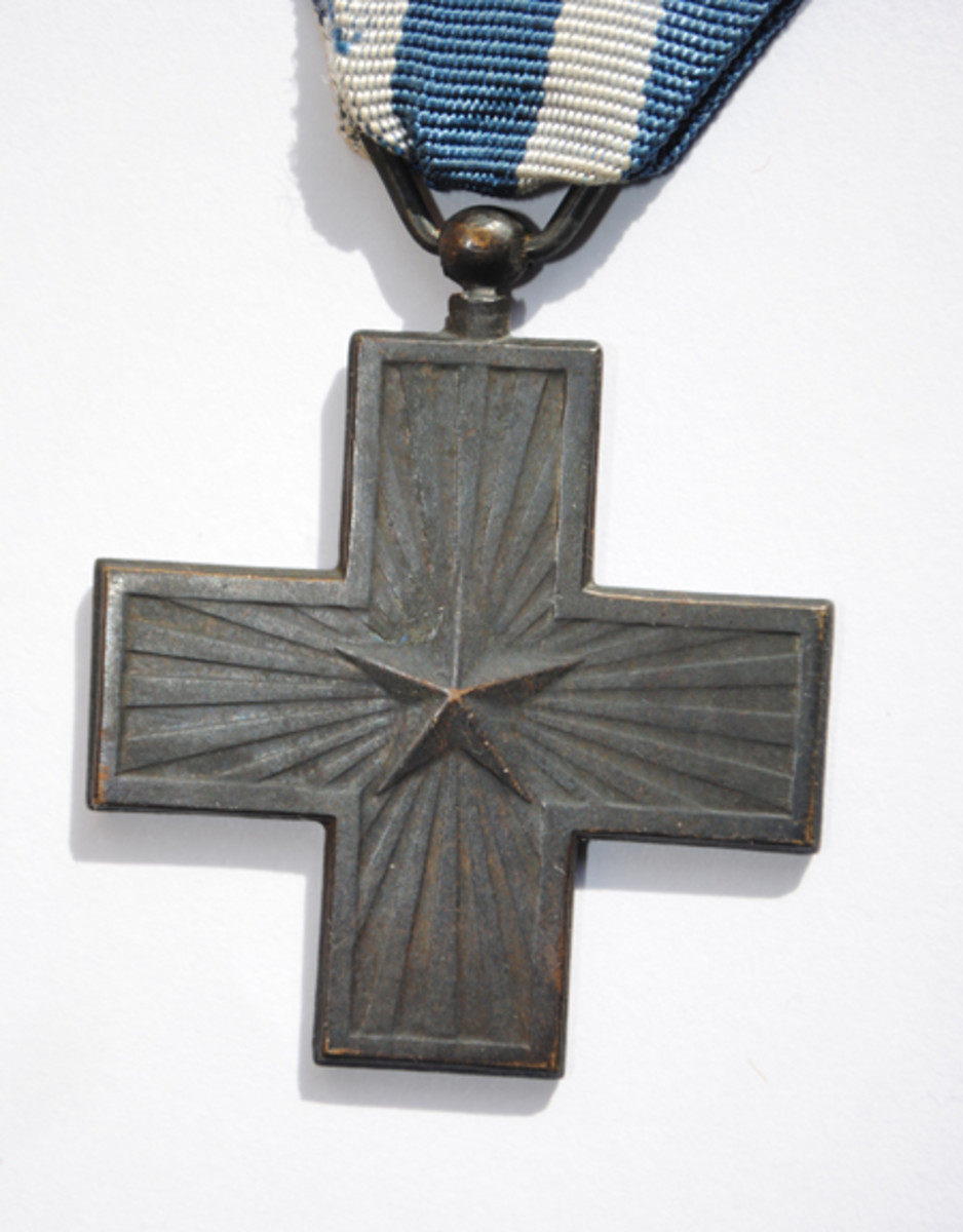 The obverse for the Cross for War Merit. It was the same on both the Royal and the Republic versions.