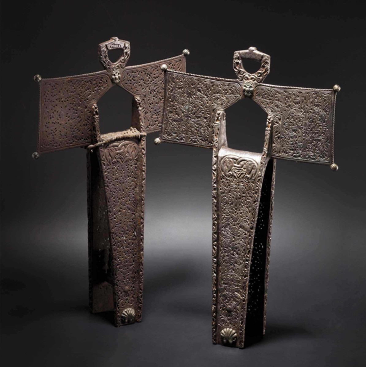 A pair of chiseled deluxe stirrups, colonial Spain, 17th century.
