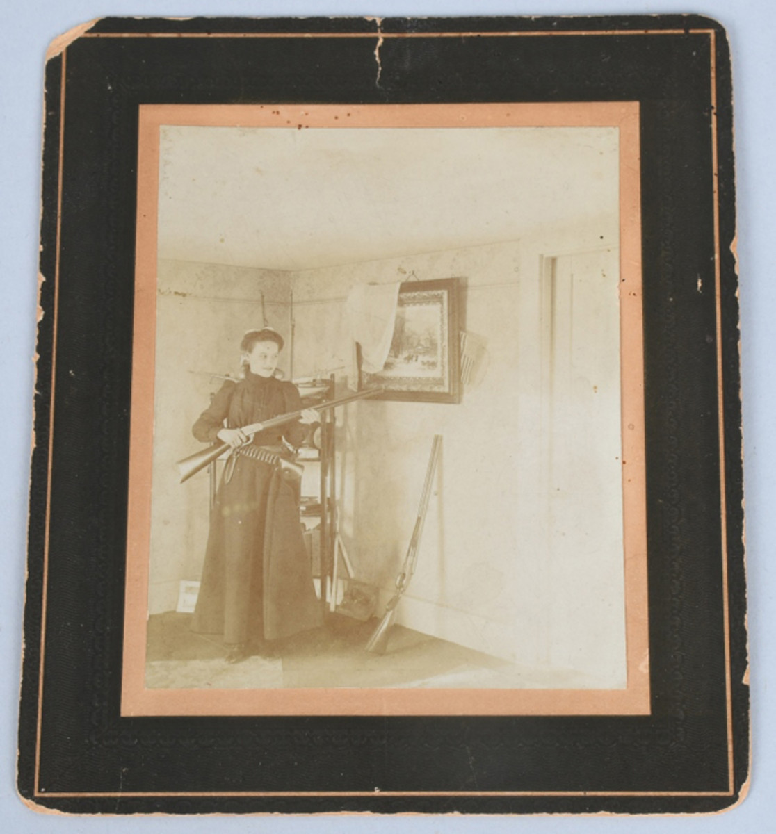 https://www.liveauctioneers.com/item/61937913_1899-annie-oakley-cabinet-card-w-multiple-weaponsOriginal circa-1899 cabinet card with rare, never-reproduced image of Annie Oakley inside a house with firearms, bullets, and a knife. Photo - Milestone Auctions