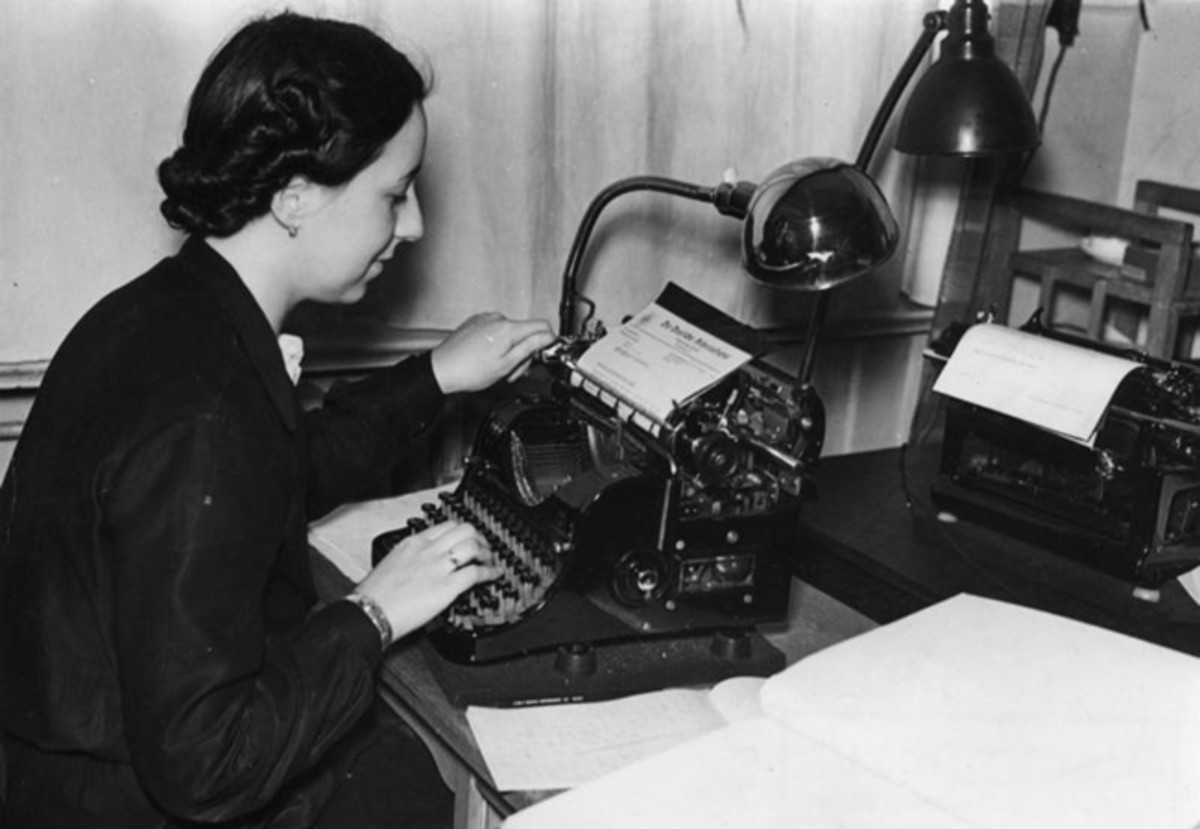 Sekret‰rin an Schreibmaschine