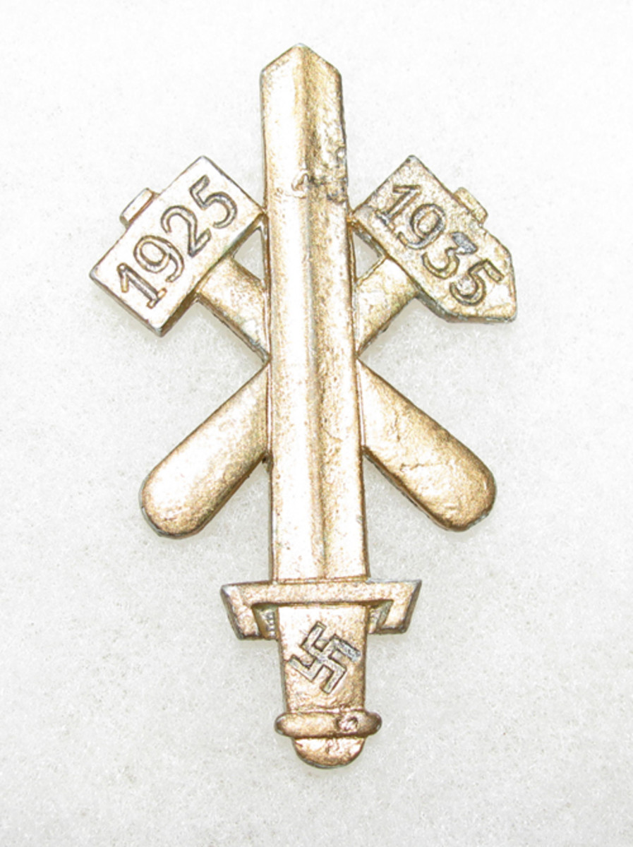 """The original Gau Essen day badge had the date, """"1923"""" on the hammer heads."""