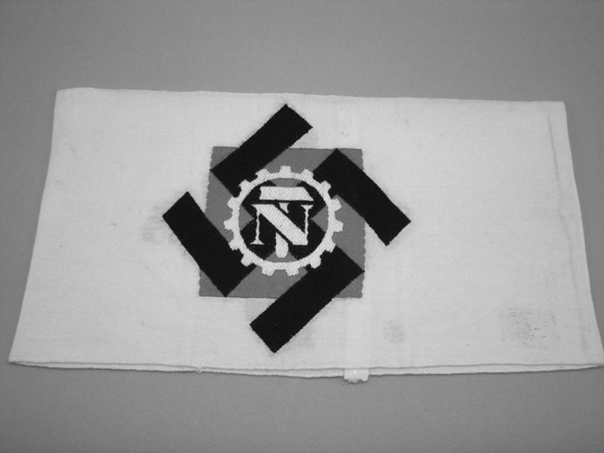 TeNo Armband, white cotton with printed TeNo emblem.