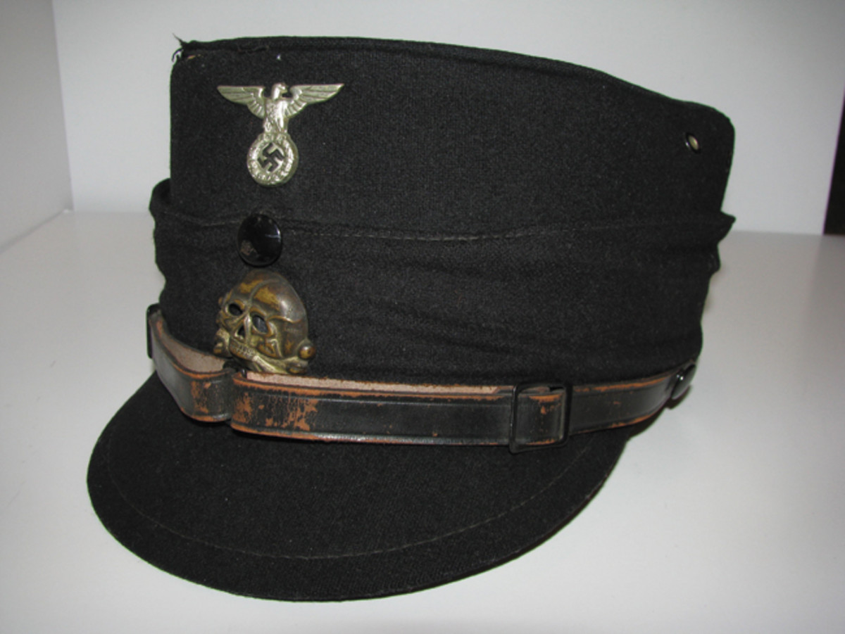 The black 1923-style kepi was produced until 1939 and was worn on official occasions. Private Collection