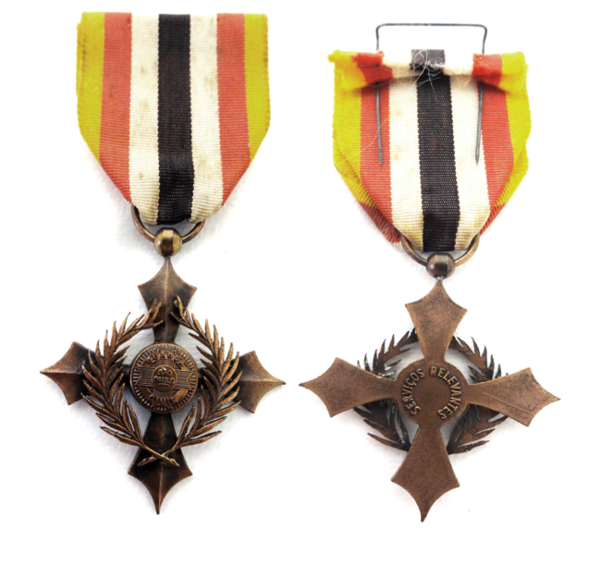 The Police Distinguished Service Cross consists of a gilt bronze speared cross with two laurel palms crossed over its arms. Its center front has a disc with the São Paulo Civil Guard's symbol. It is the rarest of Brazilian-produced WWII medals.