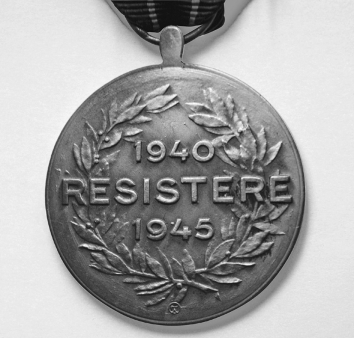 Reverse of the Resistance Medal with its symbolic victor's garland of laurels.