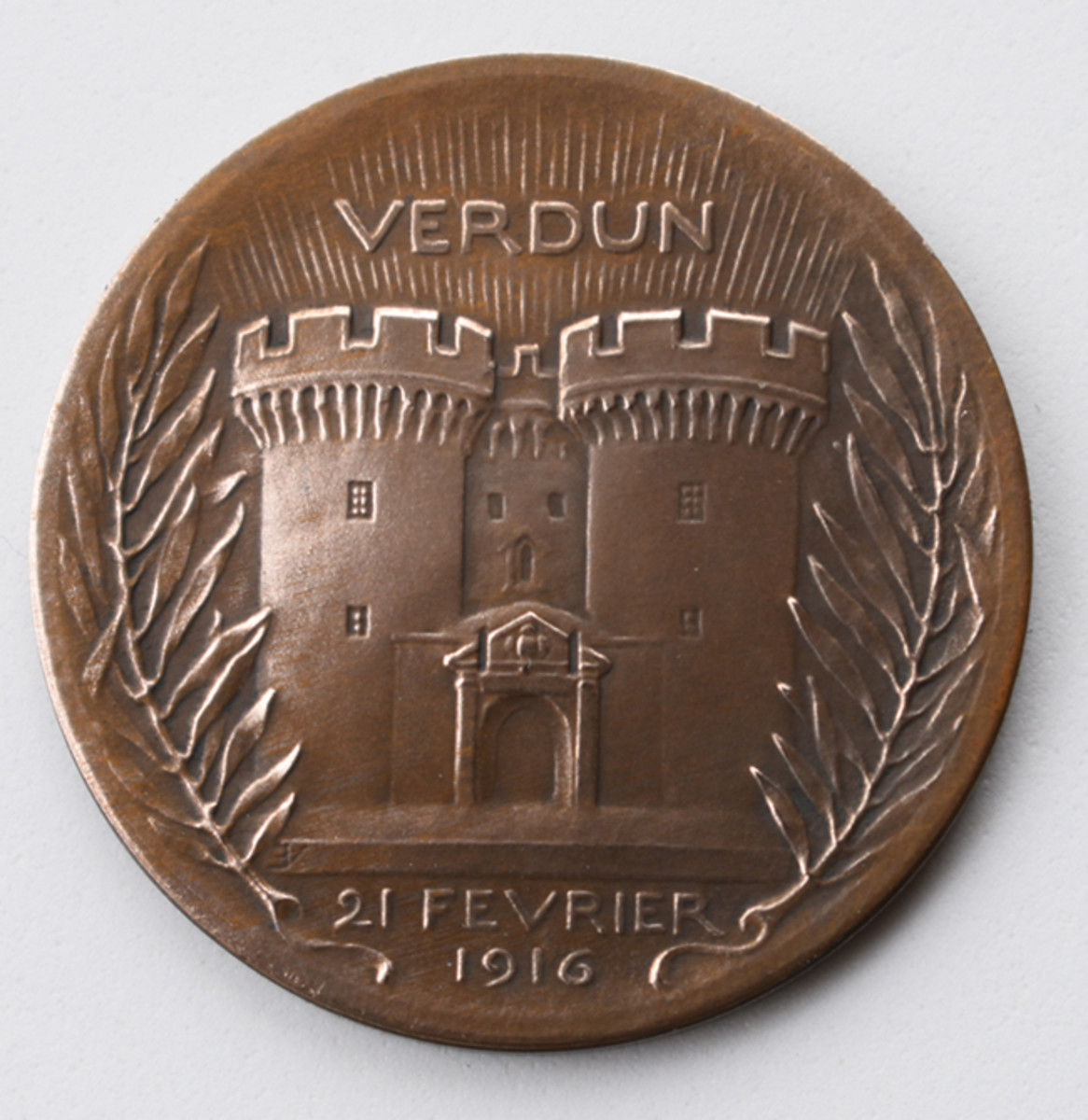 The reverse of the Vernier Medal shows the Verdun town gate with two fortified towers.