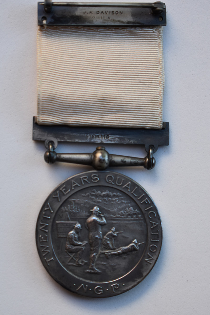 Both the Twenty Year Badge with silver center reverse and the Ten Year Badge with gold center reverse used the Tener image.