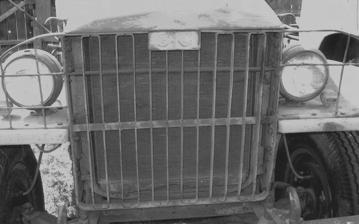 Here is a 1942 GMC military truck grill—early trucks had the GMC emblem at the top—that is made up of flat bars bent top and bottom and welded into the frame. Note the wide flat tie bar that helps tie the front fenders together.
