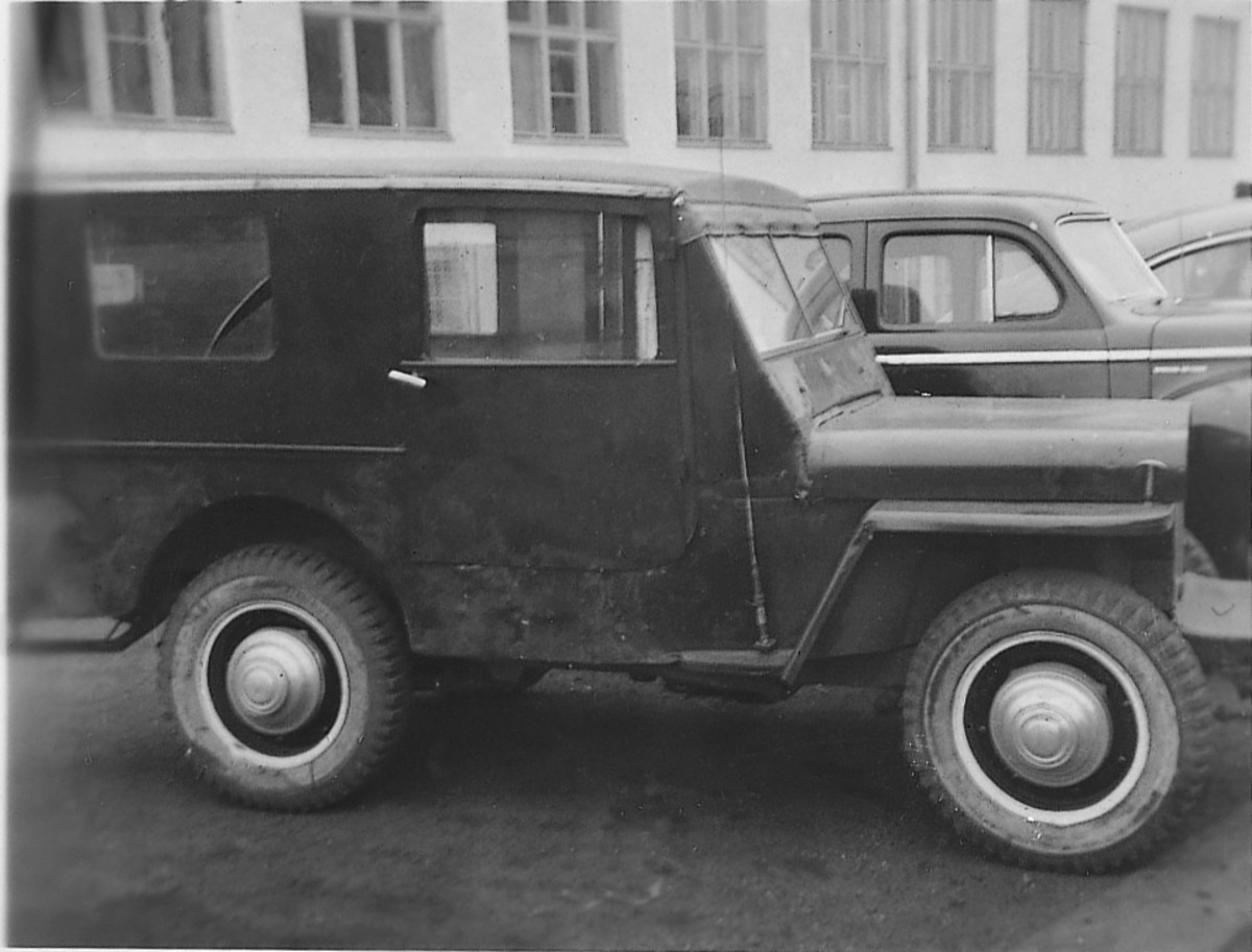 Unlike the hard-topped jeep pictured above, this example does appear to still be in active service. An invasion-style national symbol and the last few digits of the registration number (0600854) can be seen on the hood
