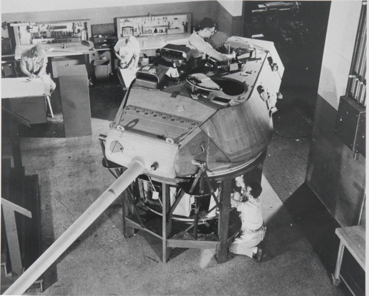 During testing, the turret of the T41 was completely restyled. Here workers are fine-tuning the wooden turret mock-up.