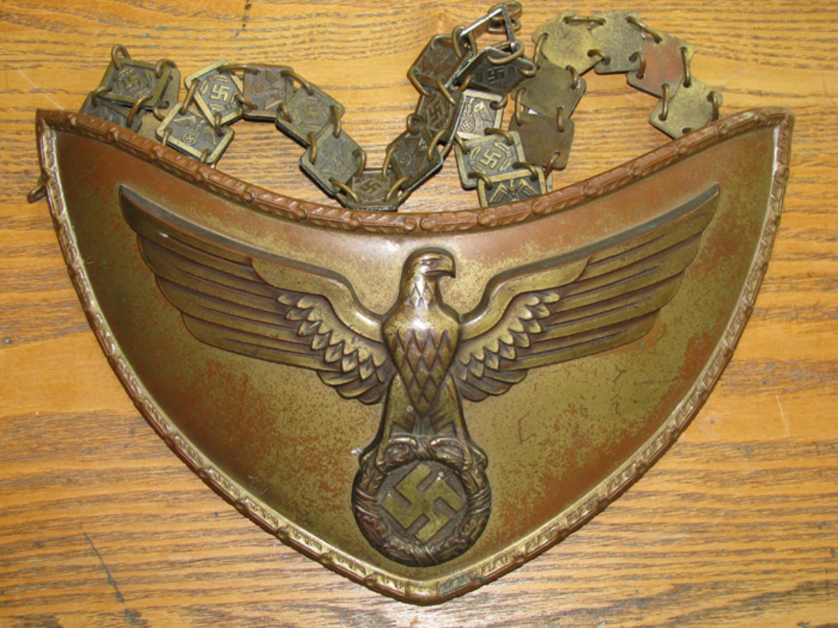 A flag bearer's gorget with alternating eagle and swastika hanging chain.