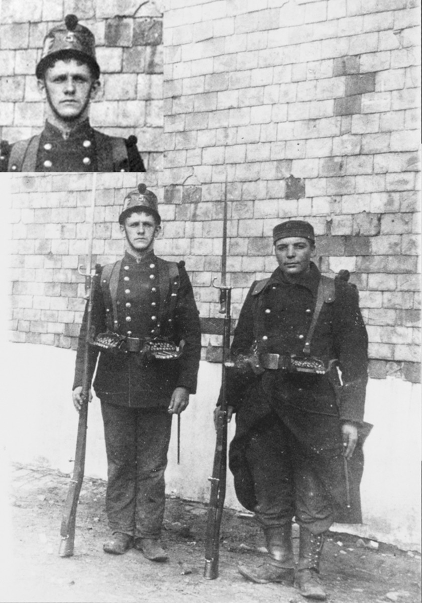 Figure 1. This picture is an exceptional historical document because it shows two Belgian volunteers of the 5th Line Regiment as they were when they joined their unit on October 15, 1914. Both are armed with the Model 1874 French Gras rifle with the bayonet fitted to the barrel.