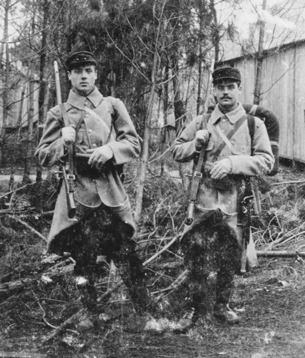Figure 4. This picture shows two Belgian soldiers somewhere in France at the end of 1914 or the beginning of 1915. They both wear a French uniform supplied by the French but are armed with the Belgian Model 1889 Mauser rifles with the short Model 1889 Mauser infantry bayonet.